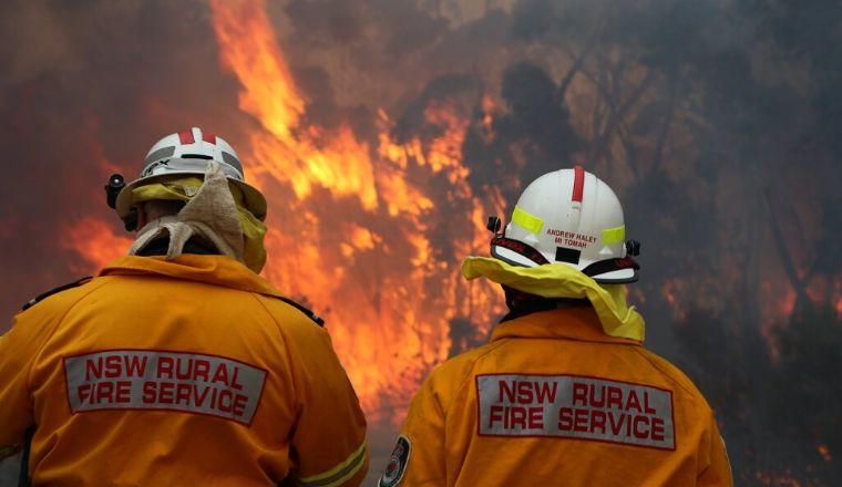 2 operatori RFS (Rural Fire Service) di fronte ad un incendio